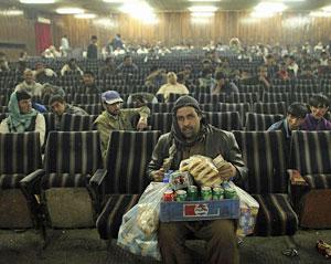 Films uit het vergeten land - Hapje en drankje tijdens filmpauze in bioscoop Kabul