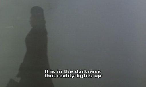 In de duisternis licht de werkelijkheid op. Fragment uit Al di là delle nuvole (1995).