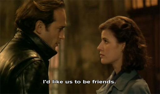 Een jongeman (Vincent Perez) raakt spontaan gefascineerd door een jonge vrouw (Irène Jacob) in Al di là delle nuvole (1995).