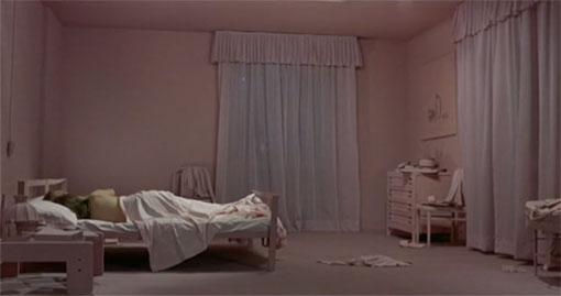 Slechts heel even kijkt Giuliana door een roze bril in Il deserto rosso.