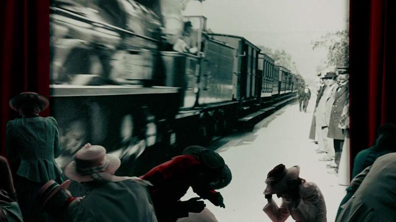Het lijkt alsof de trein de zaal inrijdt