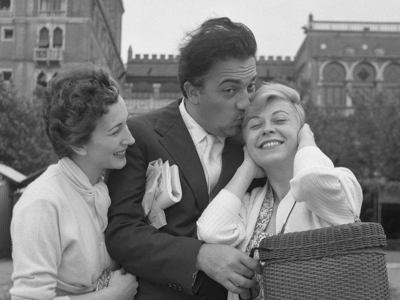 Fellini in 1955 met actrice Valentina Cortese en actrice/echtgenote Giulietta Masina.