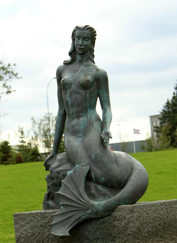 Vlakbij het stadhuis van Reykjavik staat dit standbeeld van een zeemeermin.