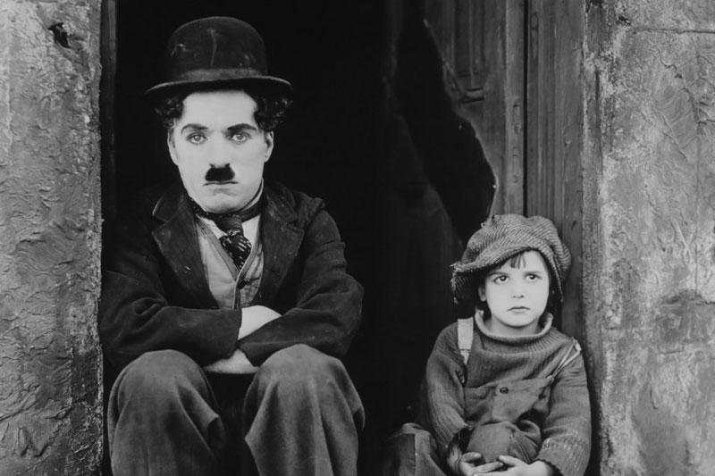 Charlie Chaplin met Jackie Coogan in The Kid (1921), de eerste speelfilm die hij regisseerde.